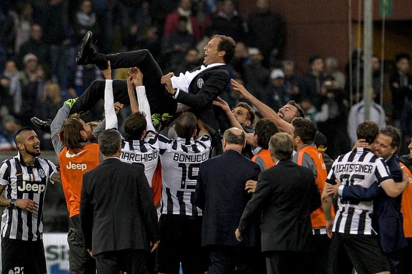 Radość piłkarzy Juventusu. U góry trener Massimiliano Allegri /AFP