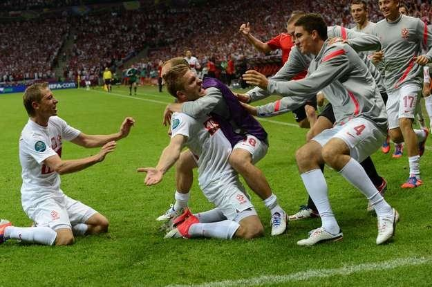 Radość polskich piłkarzy po pięknym golu Jakuba Błaszczykowskiego w meczu z Rosją /AFP