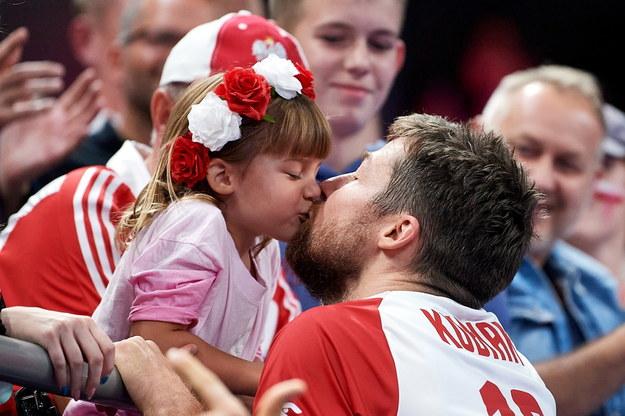Radość reprezentanta Polski Michała Kubiaka i jego córeczki Zoi /Adam Warżawa /PAP