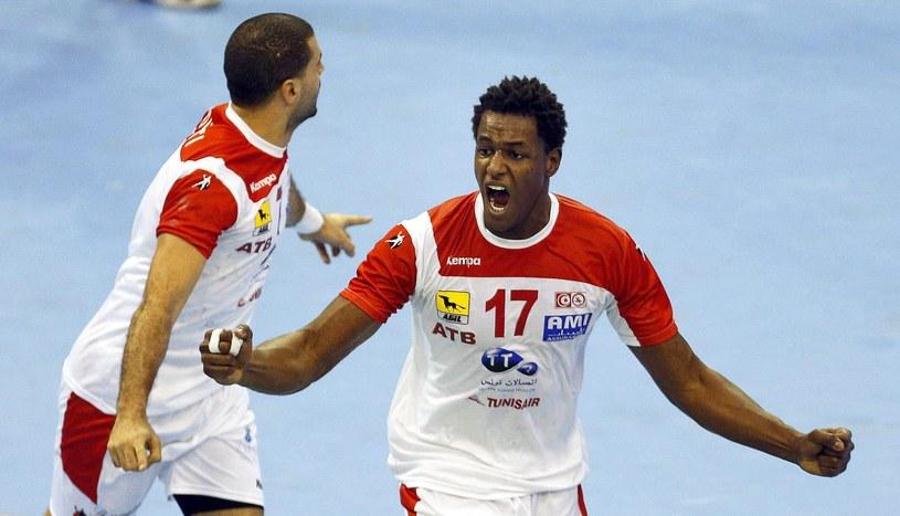 Radość tunezyjskich piłkarzy ręcznych. Wael Jallouz (z lewej) obok Jaleleddine Touati /PAP/EPA