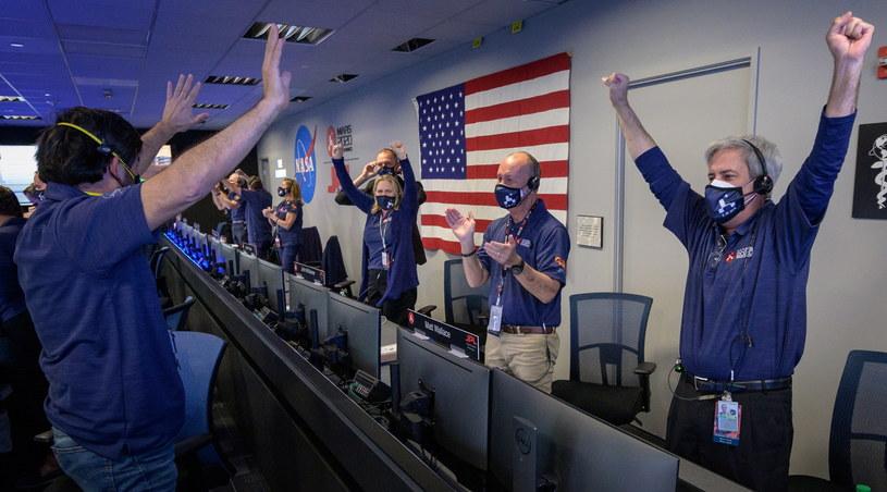 Radość w NASA po wylądowaniu łazika /PAP/EPA