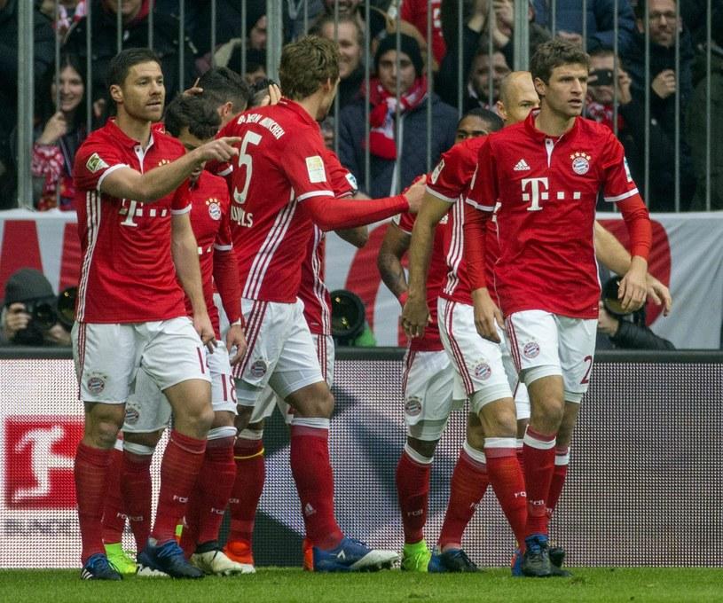 Radość zawodników Bayernu po trafieniu Roberta Lewandowskiego /PAP/EPA