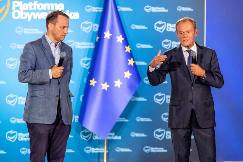 Radosław Sikorski i Donald Tusk w trakcie spotkania z mieszkańcami Nakła nad Notecią /Tytus Żmijewski /PAP