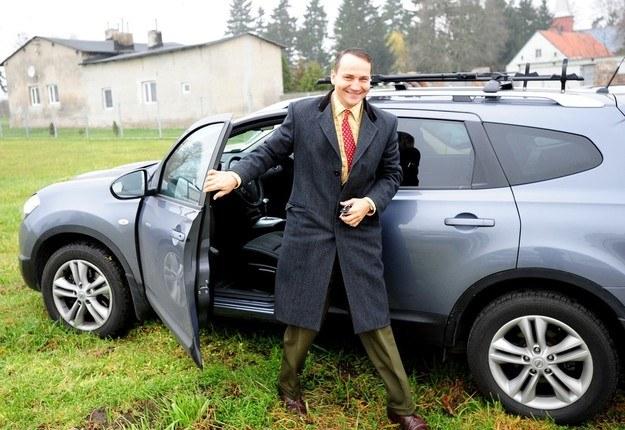 Radosław Sikorski wysiada z samochodu marki Nissan /Paweł Skraba /Reporter