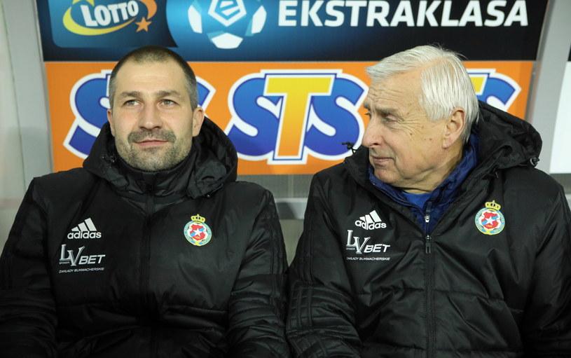 Radosław Sobolewski (L) i Kazimierz Kmiecik na ławce trenerskiej Wisły Kraków /Stanisław Rozpędzik /PAP