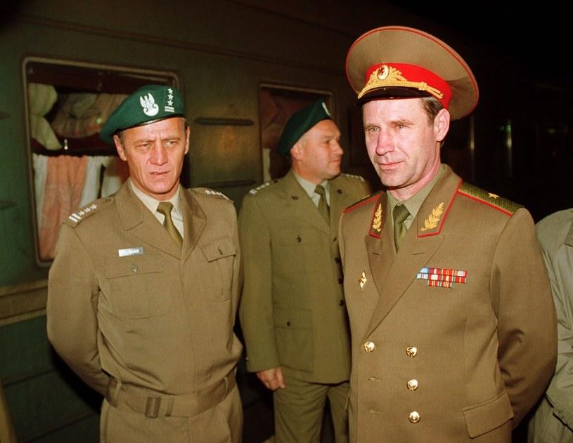 Radzieckich żołnierzy odprowadzali polscy oficerowie /JAN SKARZYNSKI/REPORTER /East News