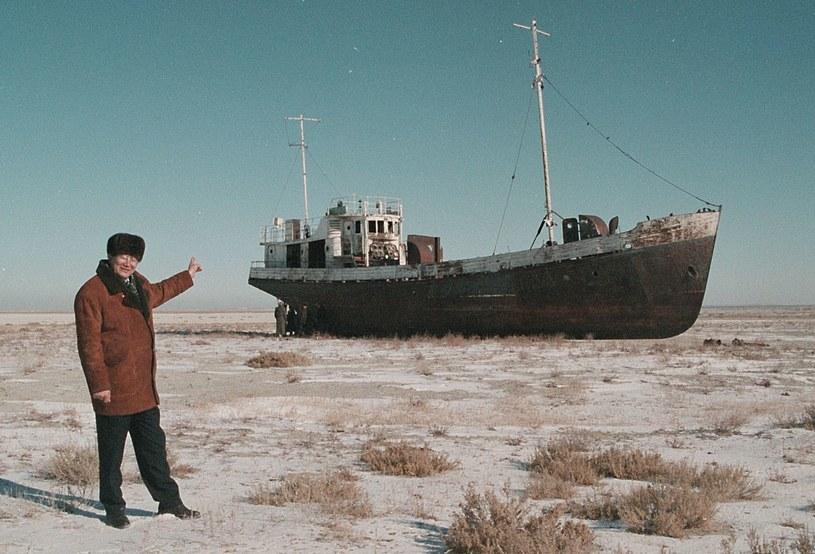 Radzieckie zabiegi hydroinżynieryjne doprowadziły do niemal całkowitego wyschnięcia Jeziora Aralskiego. /AFP