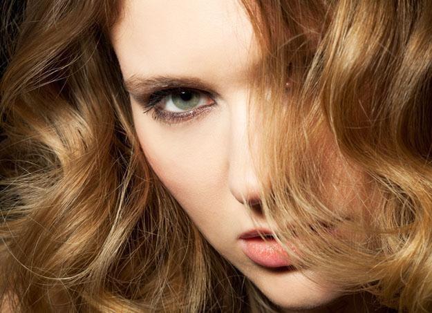 Radzimy, jak ułożyć fale na długich włosach /© Panthermedia