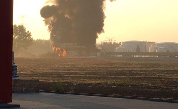 Radzionków: Pożar hali ze złomowanymi samochodami