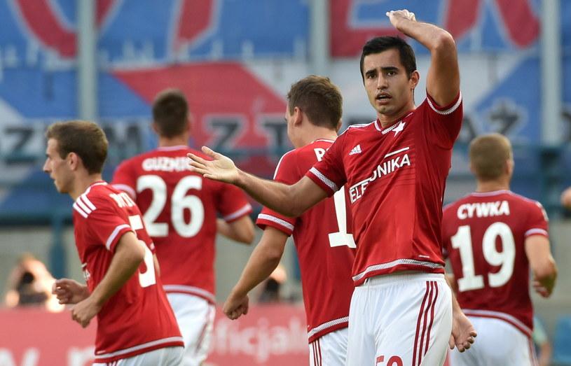 Rafael Crivellaro (na pierwszym planie) zdobył bramkę w debiucie /Jacek Bednarczyk /PAP