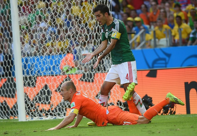 Rafael Marquez i Arjen Robben podczas mundialu w Brazylii /AFP