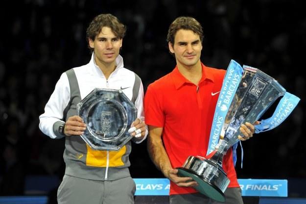 Rafael Nadal (z lewej) i Roger Federer po finale w Londynie /AFP