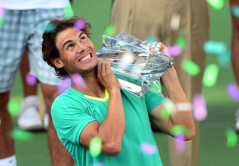 Rafael Nadal z trofeum za triumf w Indian Wells /AFP