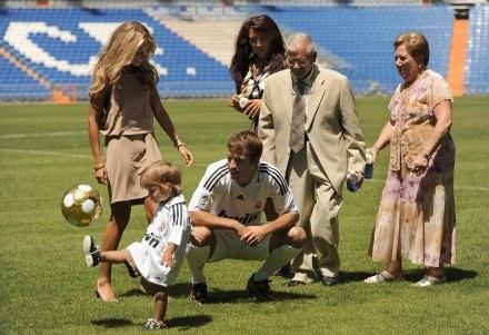 Rafael van der Vaart z rodziną na Santiago Bernabeu /AFP