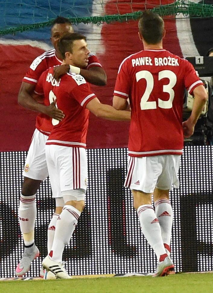 Rafał Boguski świętuje gola z kolegami /Jacek Bednarczyk /PAP