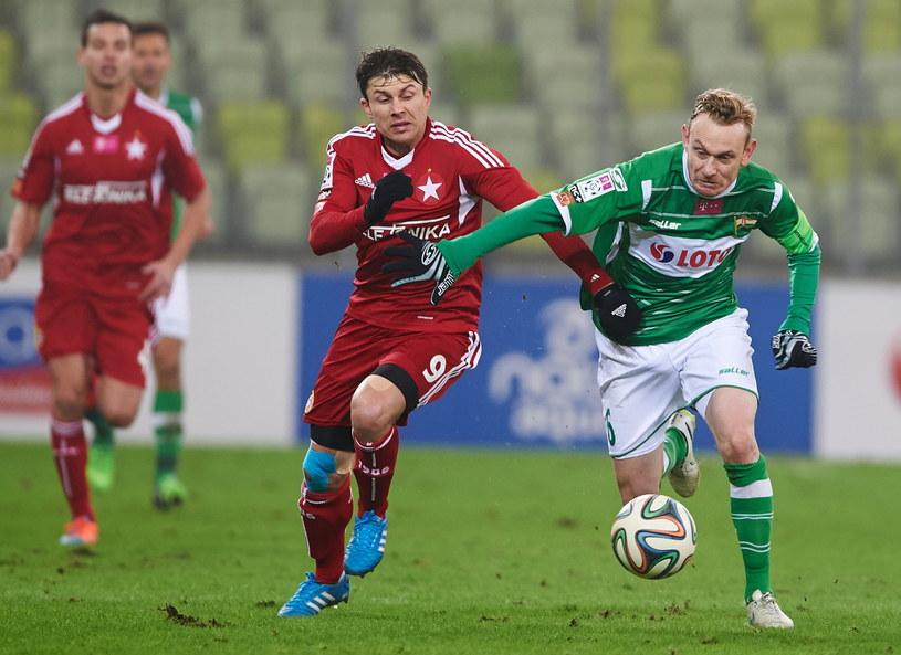 Rafał Boguski (z lewej) w meczu z Lechią Gdańsk /Fot. Adam Warżawa /PAP