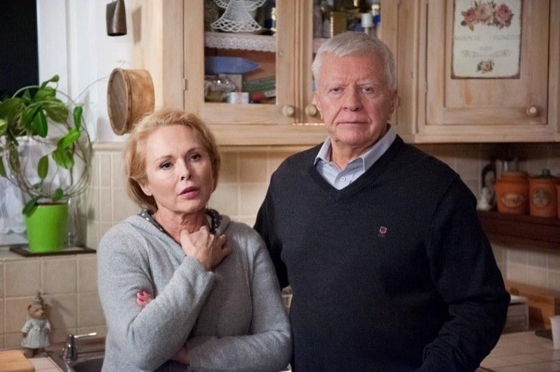 Rafał i Agnieszka stawiają się u Magnowskich o umówionej godzinie. O dziwo jednak wita ich sam Henryk (Wojciech Duryasz). /TVN