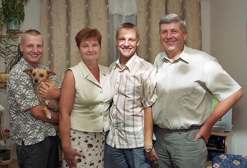 Rafał i Marcin z rodzicami /- /East News