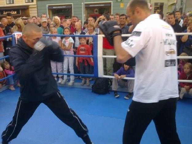 Rafał Jackiewicz i trener Fiodor Łapin na otwartym treningu przed sobotnią walką /bokser.org