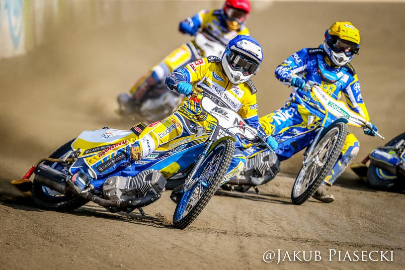 Rafał Karczmarz (niebieski), Nicki Pedersen (żółty), Bartosz Zmarzlik (czerwony) w tle /Jakub Piasecki /Flipper Jarosław Pabijan