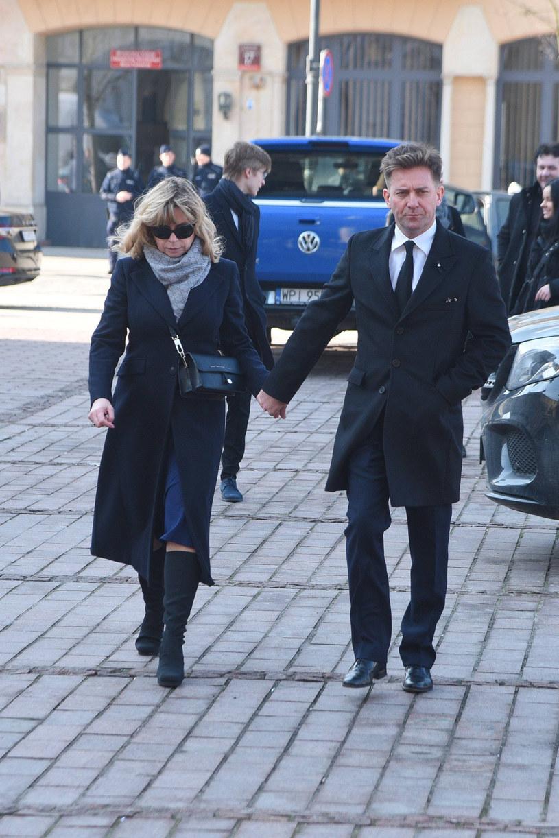 Rafał Królikowski z żoną podczas pogrzebu Pawła Królikowskiego /Tricolors /East News