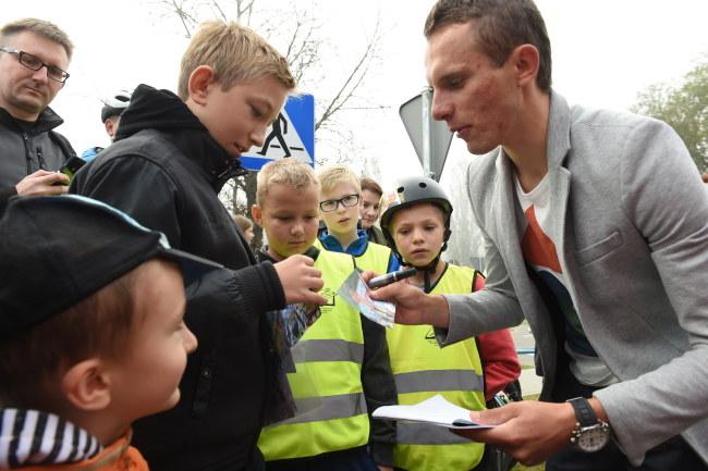 Rafał Majka (pierwszy z pawej) /Jacek Bednarczyk /PAP