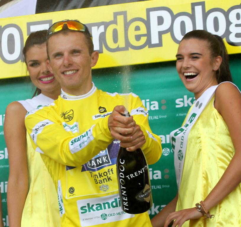 Rafał Majka z TST Team Saxo-Tinkoff fetuje założenie żółtej koszulki lidera po 2. etapie wyścigu kolarskiego Tour de Pologne /Grzegorz Momot /PAP