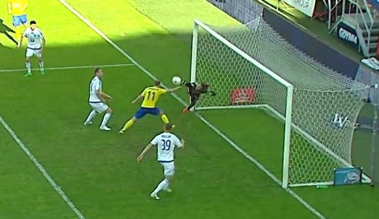 Rafał Siemaszko zdobywa gola ręką, a sędzia uzna bramkę /