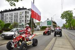Rafał Sonik w drodze z polską flagą