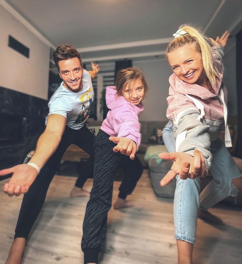 Rafał Szatan przy okazji premiery wspólnie z Barbarą Kurdej-Szatan oraz córką Hanią zachęca do wspólnej zabawy wykonując taniec super-kumpli! /materiały prasowe