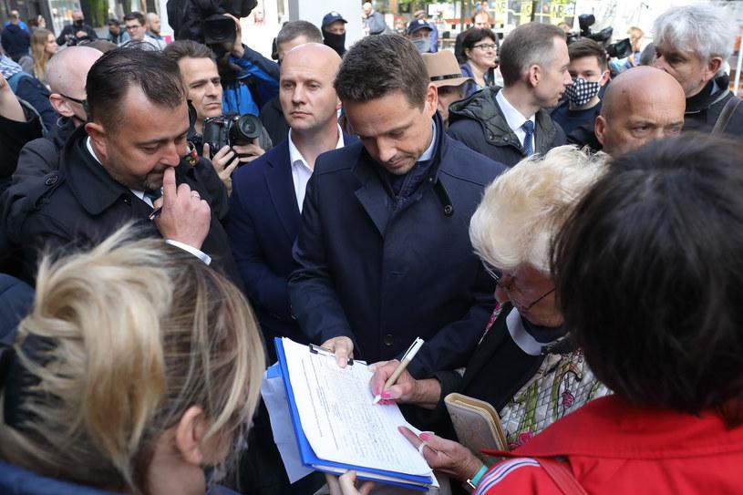 Rafał Trzaskowski podczas akcji zbierania podpisów poparcia pod swoją kandydaturą /STEFAN MASZEWSKI/REPORTER /Reporter