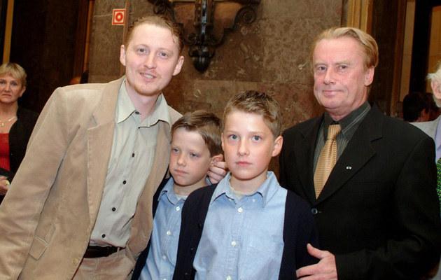 Rafał z synami i ojcem Danielem, fot.Piotr Fotek  /East News