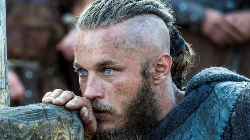 Ragnar, ambitny rolnik zdobywa władzę w Kattegat i wyrusza na podboje państw na Zachodzie. Zostaje jarlem i sprzymierza się z królem Horikiem. Podczas wypraw poznaje księżniczkę Aslaug, z którą chce założyć rodzinę /materiały prasowe
