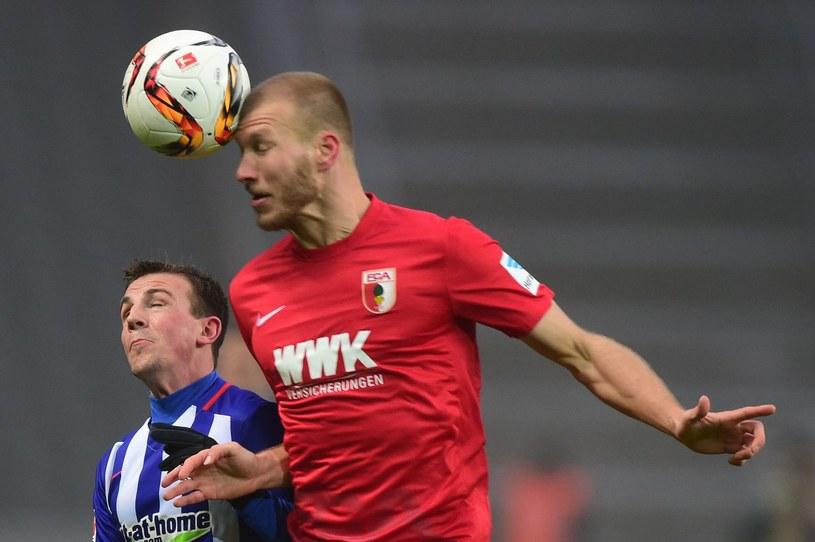 Ragnar Klavan (czerwony strój) w koszulce Augsburga /AFP