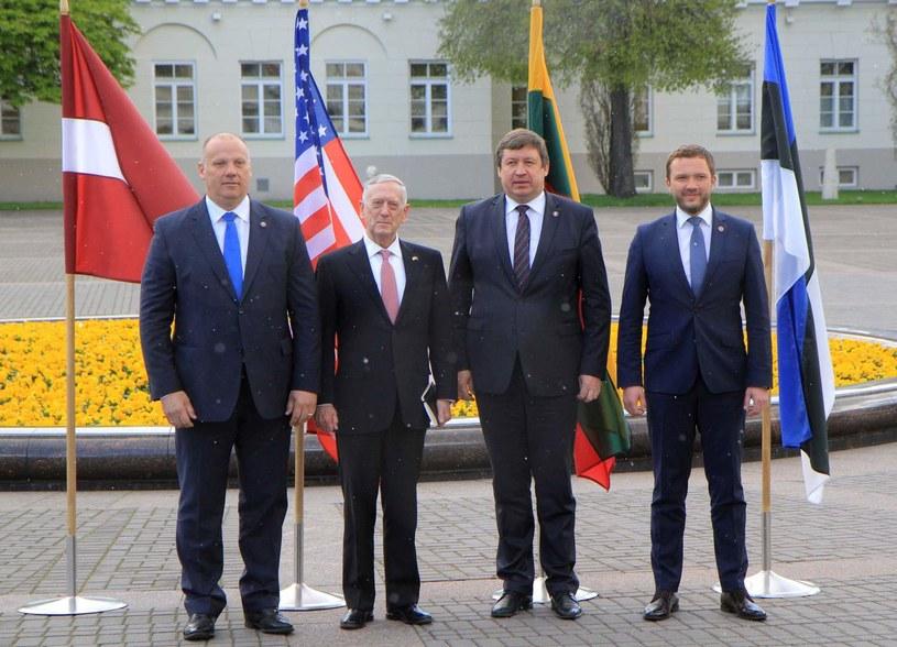 Raimundas Karoblis (drugi z prawej) /AFP