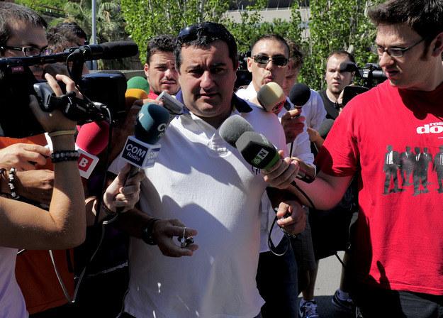 """Raiola w towarzystwie dziennikarzy, z którymi lubi rozmawiać, ale tylko w swoim """"unikalnym"""" stylu /AFP"""