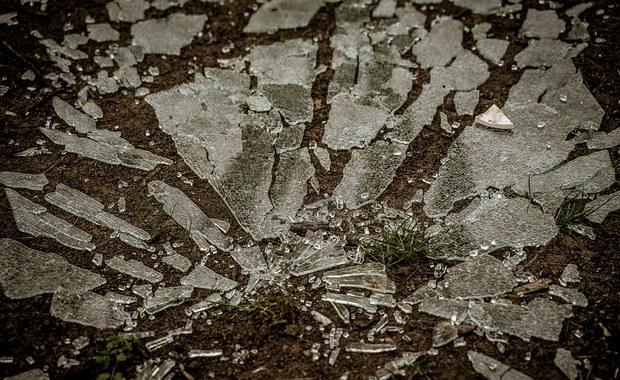 Rajd wandala po Drawsku: Powybijane witryny, zniszczone auta