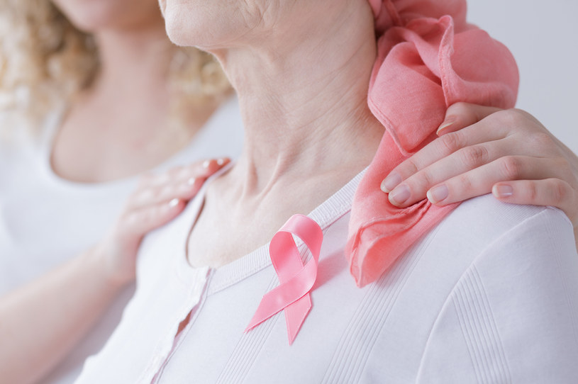 Rak piersi początkowo nie daje żadnych objawów; guz w piersi wyczuwalny staje się dopiero z czasem /123RF/PICSEL