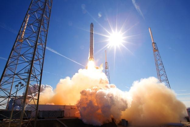 Rakieta Falcon 9 startuje z przylądka Cape Canaveral.  Fot. Chris Thompson/ SpaceX /materiały prasowe