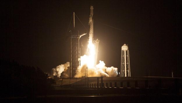 Rakieta Falcon 9 z kapsułą Crew Dragon, zbudowana przez prywatną firmę Space X, startuje z Centrum Kosmicznego NASA na przylądku Canaveral na Florydzie /JOEL KOWSKY / NASA HANDOUT /PAP/EPA