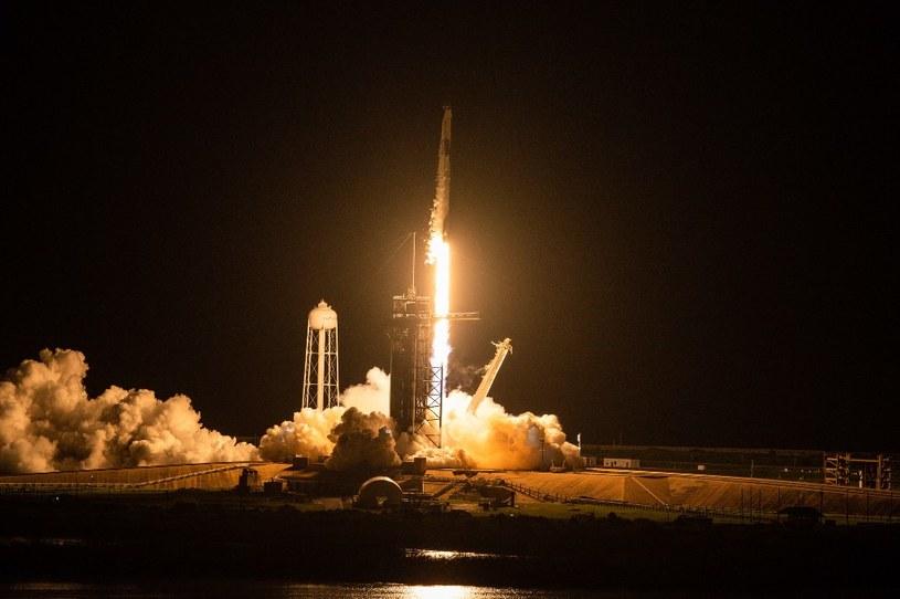 Rakieta Falcon 9 z załogą Inspiration4 startująca z Centrum Lotów Kosmicznych na Florydzie /AFP
