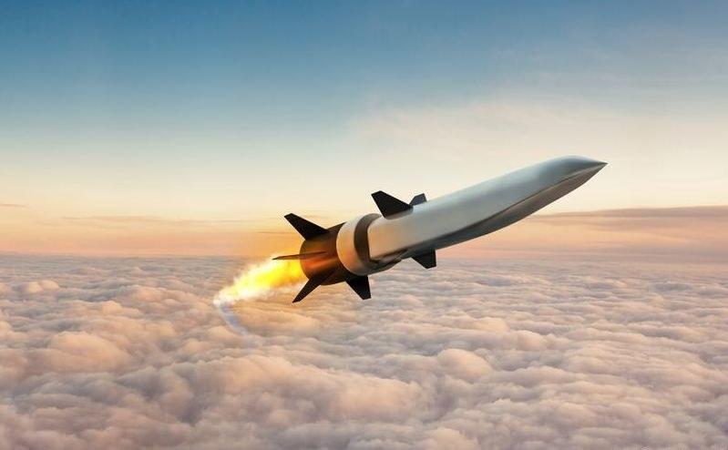 Rakieta, zbudowana przez Raytheon Technologies, została wypuszczona z samolotu na kilka sekund przed uruchomieniem silnika scramjet /Raytheon Missiles&Defense /