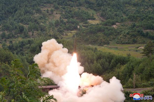 Rakiety zostały wystrzelone w odstępie pięciu minut i dotarły do wód japońskiej morskiej strefy ekonomicznej /KCNA /PAP/EPA