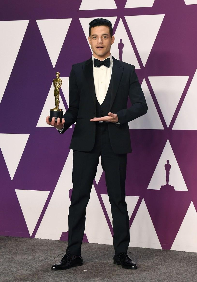 Rami Malek pozuje z Oscarem /East News
