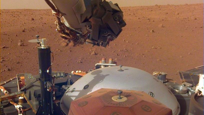 Ramię lądownika InSight sprawdza stan instrumentów sondy /NASA