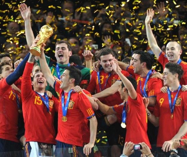 Ramos, Casillas, Villa (2.,3. i 4. od lewej) i Iniesta (pierwszy od prawej) z Pucharem Świata. /AFP