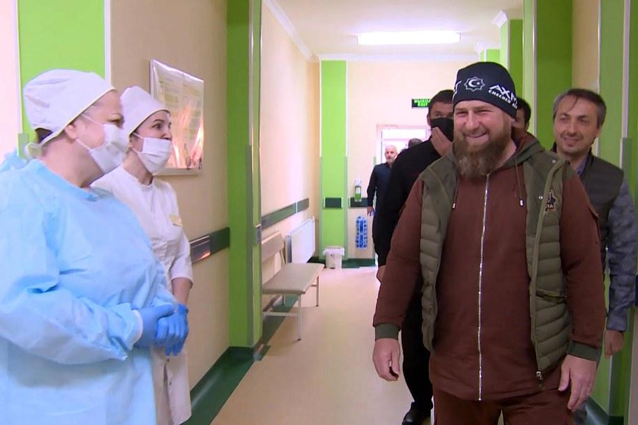 Ramzan Kadyrow podczas wizyty w leczącym pacjentów zakażonych koronawirusem szpitalu klinicznym nr 4 w Groznym (20 kwietnia 2020) /Kadr z nagrania wideo Grozny TV Channel/TASS /PAP/ITAR-TASS