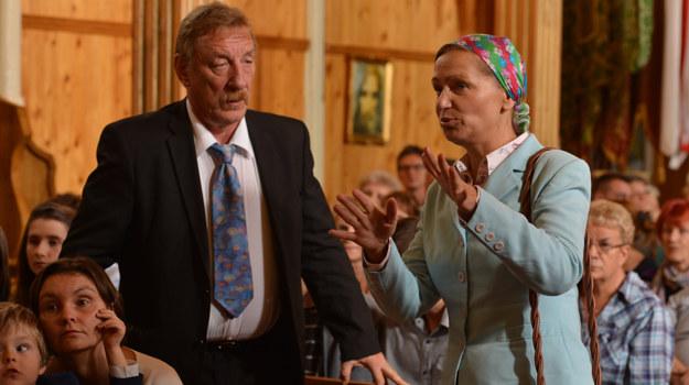 """""""Ranczo"""": Wśród mieszkańców miejscowości rozchodzą się wieści o wygranej Solejuków. Życie szczęśliwców, które miało zacząć się zmieniać tylko na lepsze, powoli staje się najgorszym koszmarem /K. Wellman /ATM"""