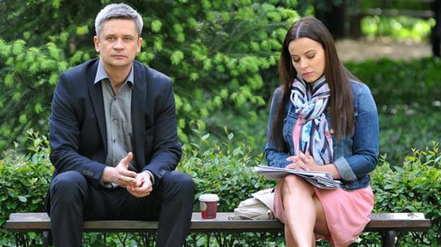 """""""Randka"""" trwa nadal… jednak Żak z każdą chwilą coraz słabiej panuje nad emocjami. I w końcu Paweł odbiera od Magdy dramatyczną wiadomość… /www.mjakmilosc.tvp.pl/"""