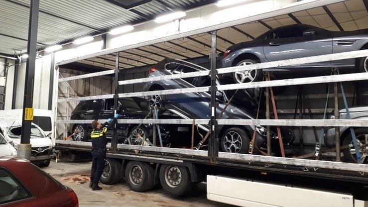 Range Rover, Land Rover, Mercedes SLK oraz BMW X1 zostały odkryte na polskiej ciężarówce niedaleko Veenendaal w Holandii /Policja Niderlandów /